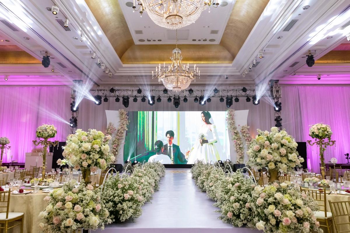 Từ thiệp cưới đến không gian tiệc của á hậu Thuý Vân và ông xã Hoàng Nhật đều theo phong cách châu Âu sang trọng.