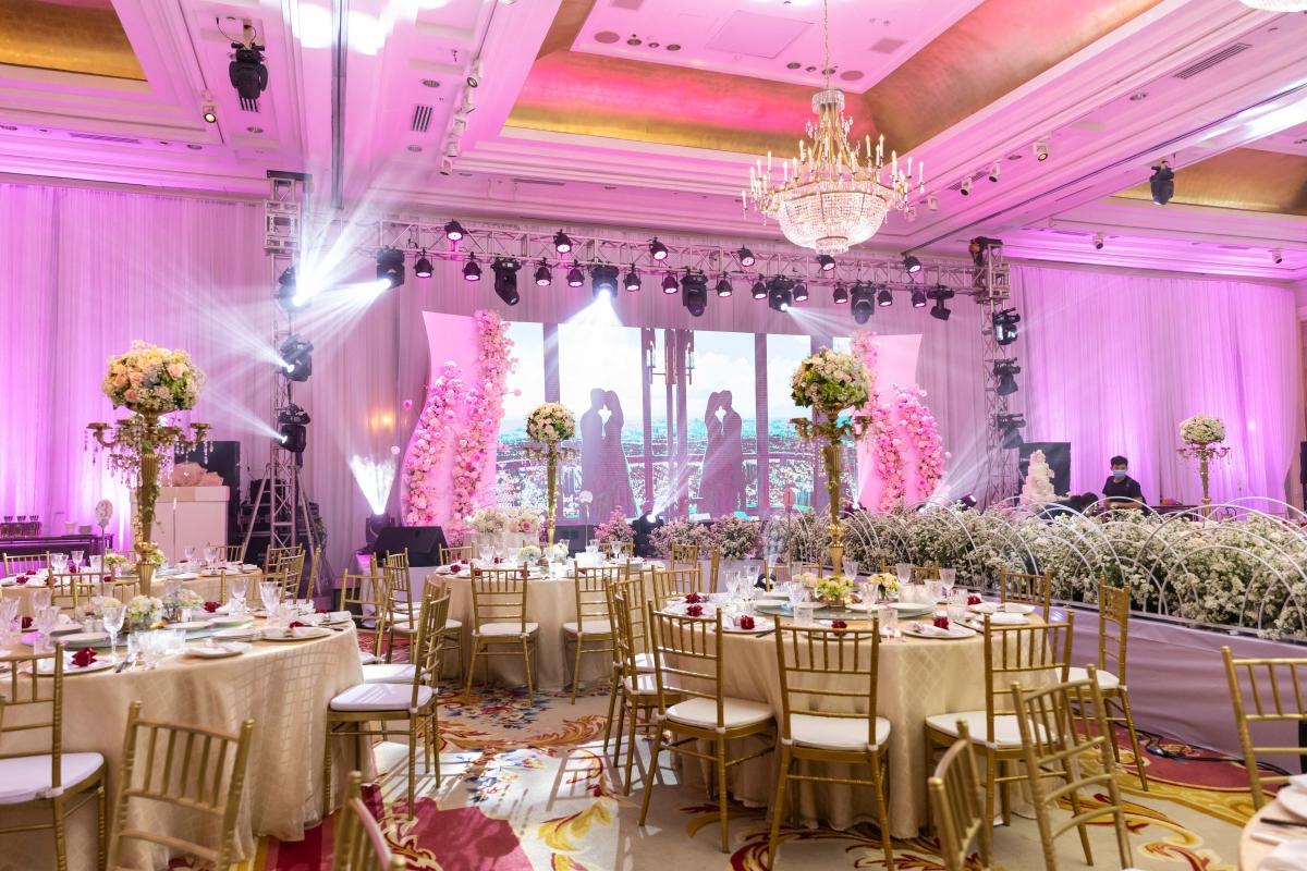 Màu sắc chủ đạo là hồng, trắng và vàng kim.