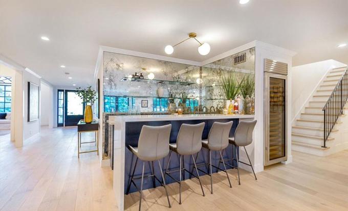 Một quần bar được thiết kế khéo léo trong phòng khách.