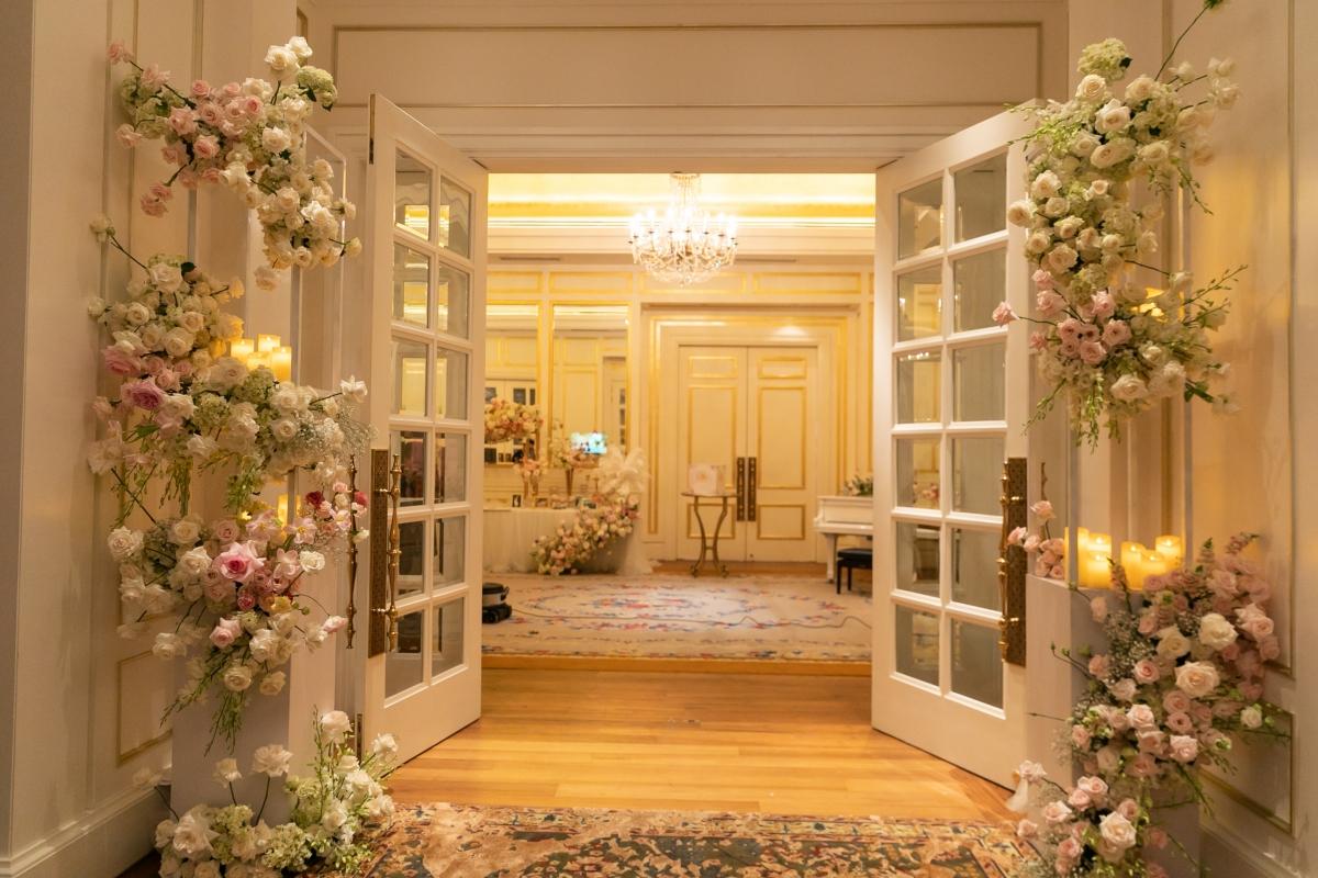 Ngay từ cửa ra vào, vợ chồng Thuý Vân cũng chi mạnh tay trang trí bằng hoa tươi, gấy ấn tượng với khách mời.