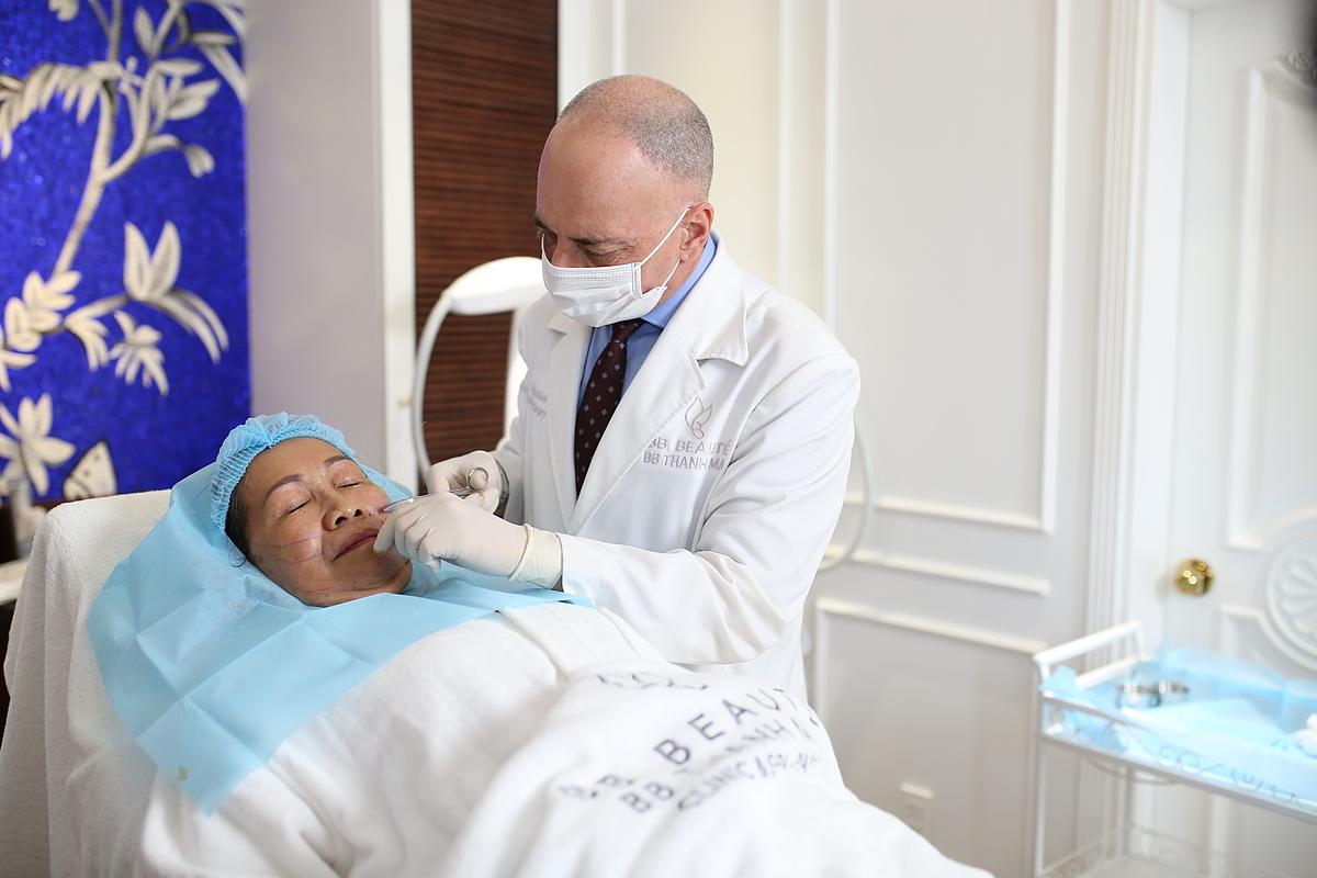 Tiến sĩ, bác sĩ Tal trực tiếp thực hiện phương pháp căng chỉ.