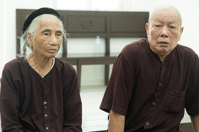 Cụ Đỗ Văn Hợp và vợ tại TAND Hà Nội trong lúc chờ phiên toà, 23/7.Ảnh: Thanh Lam