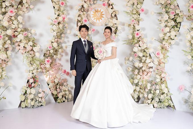 Thúy Vân đã diện chiếc váy cưới mang tên mình trong phần đầu của hôn lễ, cùng ông xã Nhật Vũ đón tiếp khách mời.