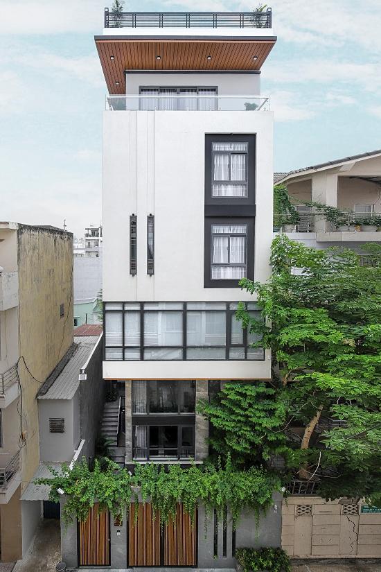 Ngôi nhà mới của ca sĩ Lê Hoàng vừa hoàn thiện hồi tháng 3/2020, có bảy tầng và tổng chi phí hơn 40 tỷ đồng.