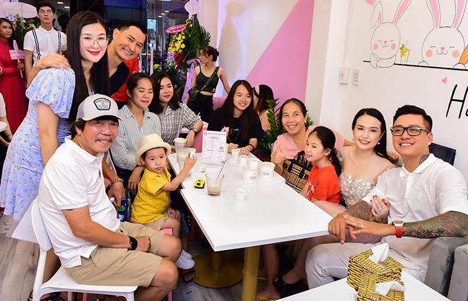 Huy Khánh rất vui khi đông đảo bạn bè đồng nghiệp ủng hộ anh trong ngày khai trương. Đạo diễn Nguyễn Tranh (đội mũ), biên tập viên Huyền Thanh (áo hồng) chụp ảnh cùng vợ chồng Tuấn Hưng, Huy Khánh và những người bạn.
