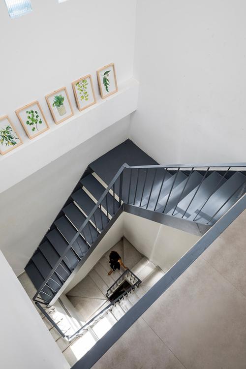Cầu thang dẫn lên các tầng trên của nhà có tông xám hiện đại, giúp thể hiện cá tính, gu thẩm mỹ của gia chủ.