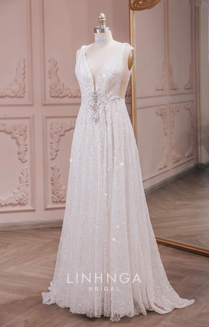 Chiếc váy cưới 2 dây kết hợp thiết kế hở lưng giúp Thúy Vân luôn cảm thấy thoải mái và dễ dàng di chuyển trong suốt bữa tiệc.