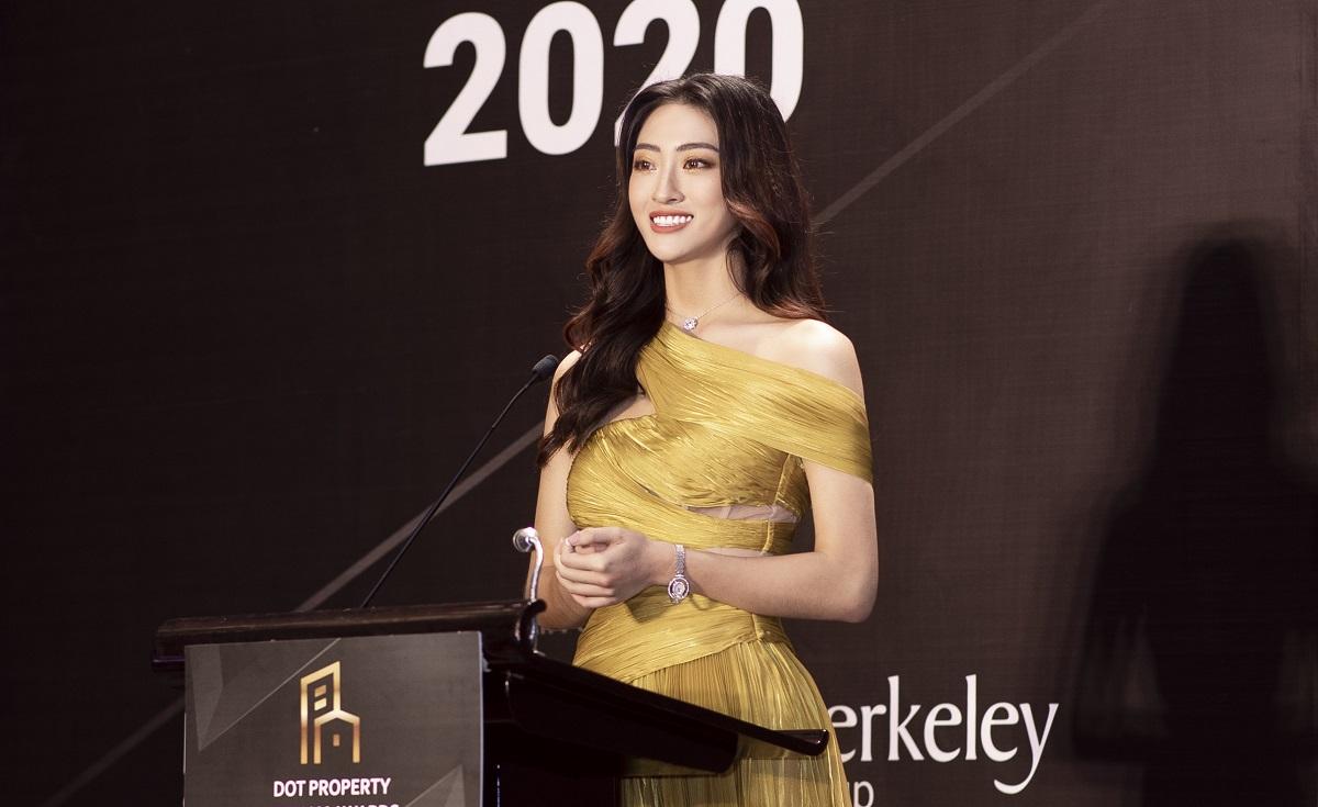 Lương Thùy Linh phát biểu bằng tiếng Anh trên sân khấu sự kiện.