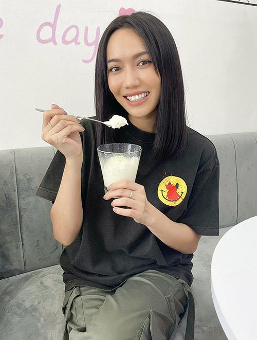 Diệu Nhi thưởng thức món sữa chua lạ miệng ở quán Huy Khánh.
