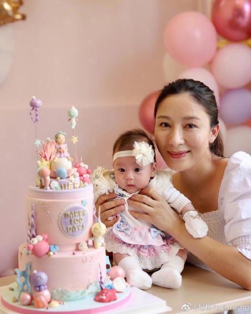Dương Di lại dáng vóc sau hơn 3 tháng sinh con. Niềm hạnh phúc ngâp tràn trên gương mặt cô. Để có được em bé Tiểu Trân Châu, cô đã phải nỗ lực rất nhiều.