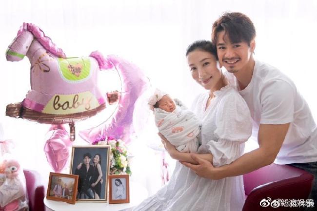 Trước đó, khi con vừa chào đời, cặp đôi cũng tổ chức tiệc mừng rất to.