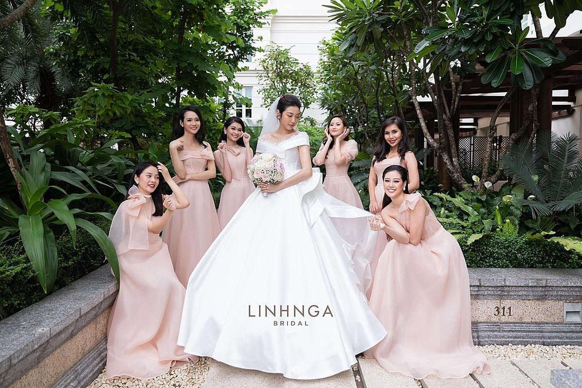 Váy cưới đón khách có thiết kế được lấy ý tưởng từ tên của á hậu Thúy Vân, nghĩa là áng mây nhẹ nhàng, làm bằng chất liệu lụa Mikado kết hợp Organza tơ tằm cao cấp.