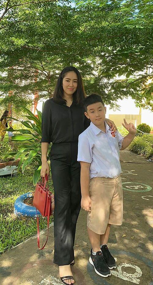 Bé Cà Pháo học lớp 2, tại một trường quốc tế ở Trà Vinh. Nữ diễn viên mừng vì con trai có kết quả học tập tốt.