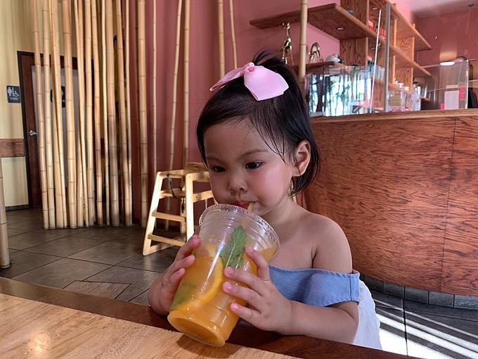 Bé Talia (2 tuổi) thưởng thức ly nước cảm khổng lồ.