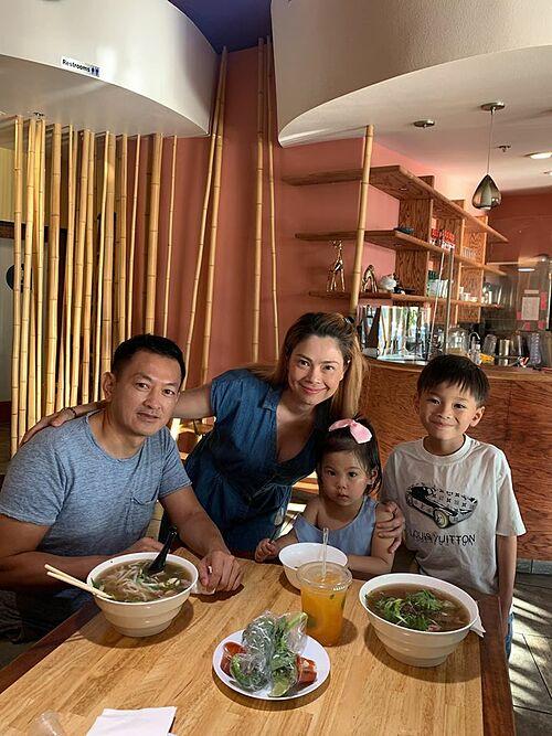 Sau thời gian thư giãn bên bể bơi, cả nhà rủ nhau đến quán phở của Hoa hậu Dương Mỹ Linh để dùng bữa.