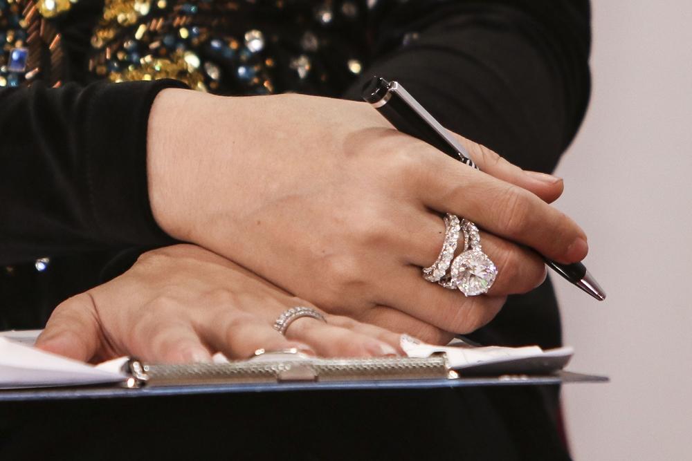 Nổi bật trong bộ trang sức là chiếc nhẫn hột xoàn 15 ly.