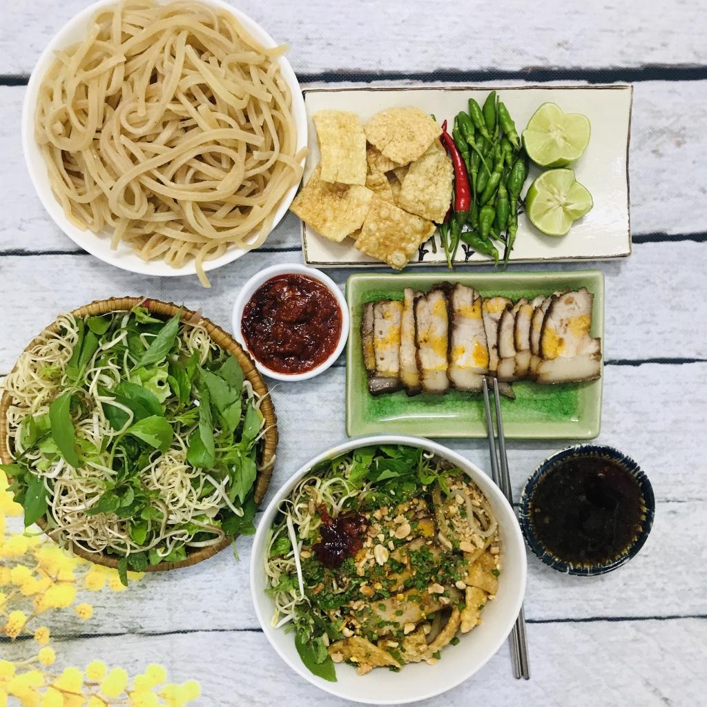 Cao lầu là một trong những món ăn mà chị Yên thường làm cho cả nhà thưởng thức mỗi dịp cuối tuần.
