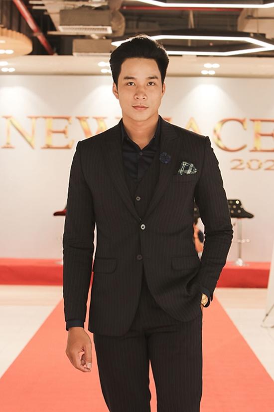 Ca sĩ Mạnh Đồng nổi bật tại hậu trường với chiều cao 1,88m.