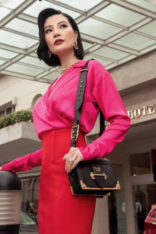 Làn sóng những gam màu neon, màu nổi bật đổ bộ vào làng thời trang Việt. Siêu mẫu Vũ Cẩm Nhung nhanh chóng đón đầu xu hướng này để thể hiện sự sành điệu không kém cạnh các tín đồ thời trang trẻ tuổi.