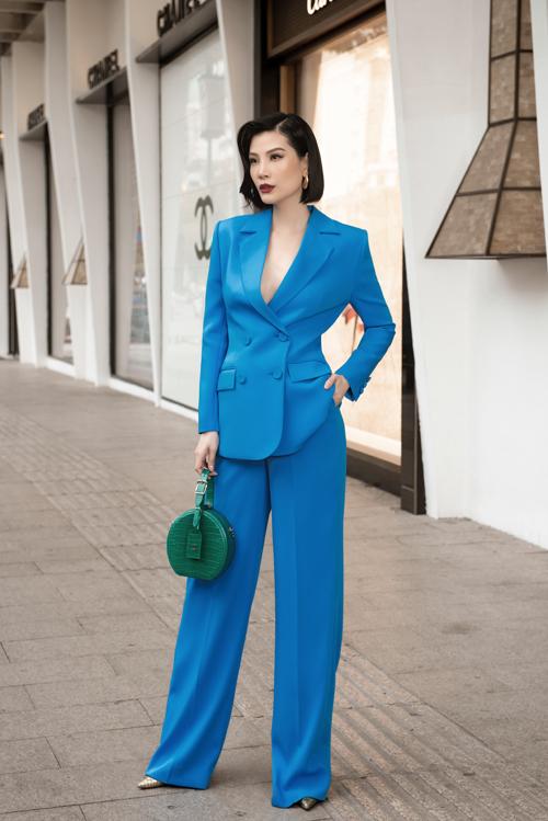 Cùng với các kiểu đầm hồng gợi cảm với phần cổ khoét sâu, váy cut-out phần tay, mẫu suit xanh trendy đang là thiết kế nổi bật trong bộ sưu tập xuân hè 2020 của Công Trí.