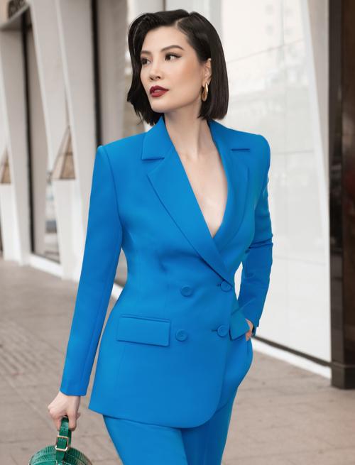 Gam xanh nổi bật đi cùng đường nét tinh tế của áo blazer đi kèm quần suông ống đứng mang tới nét thanh lịch và hiện đại cho Vũ Cẩm Nhung.