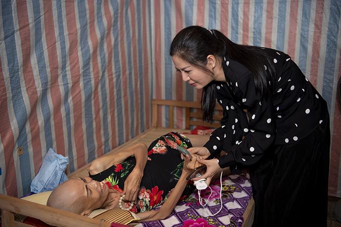 Đinh Hiền Anh trao 50 triệu đồng cho chị Bình, một bệnh nhân ung thư giai đoạn cuối tại thành phố Vinh, Nghệ An.