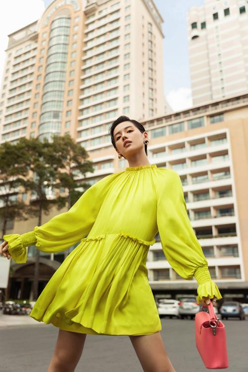 Sau một thời gian chìm lắng giữa trào lưu diện đồ màu trung tính, tông trắng - đen cơ bản thì màu neon được nhiều nhà mốt thế giới đưa vào bộ sưu tập mới. Công Trí cũng sử dụng gam màu kích thích thị giác này cho các kiểu váy ứng dụng.
