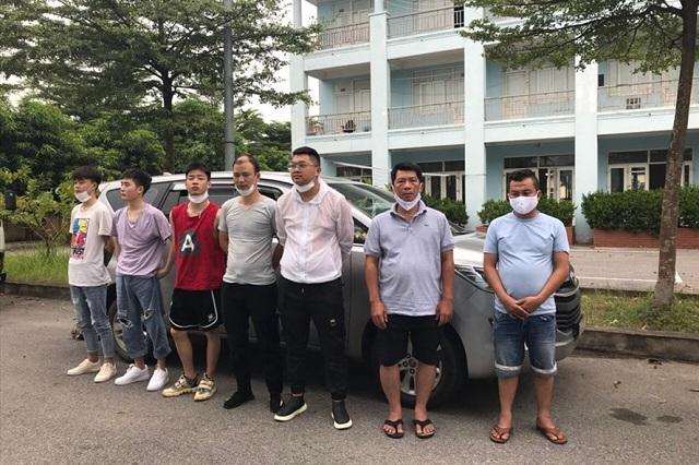5 người Trung Quốc nhập cảnh trái phép cùng tài xế và phụ xe bị bắt giữ. Ảnh: Minh Hải