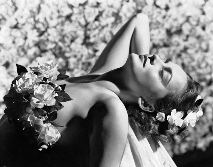 Trong cuộc sống riêng tư, Olivia trải qua nhiều cuộc tình đổ vỡ. Mỹ nhân từng được bạn diễn Errol Flynn yêu say đắm nhưng vì tài tử vẫn chưa dứt khoát ly hôn với vợ cũ nên cô đã từ chối đón nhận tình cảm của anh. Olivia sau đó hẹn hò nhà tài phiệt Howard Hughes, tài tử James Stewart và đạo diễn John Huston nhưng những mối quan hệ này đều không kéo dài bao lâu.Năm 1946, cô kết hôn với nhà văn Marcus Goodrich và có cậu con trai Benjamin Goodrich. Họ ly hôn năm 1953 và con trai cũng sớm qua đời năm 19 tuổi vì bệnh hiểm nghèo. Năm 1955, nữ diễn viên cưới nhà báo Pierre Galante - tổng biên tập tạp chí Paris Match - và chuyển đến Pháp sống. Họ ly thân năm 1962 nhưng vẫn sống cùng nhà để tiện chăm sóc con gái. Sau khi ly hôn năm 1979, Olivia chăm sóc chồng cũ khi anh bị ung thư phổi. Mặc dù sau này Pierre đã qua đời, Olivia tiếp tục đóng phim ở Anh và Mỹ nhưng bà lựa chọn cuộc sống bình yên tại Pháp cùng con gái.