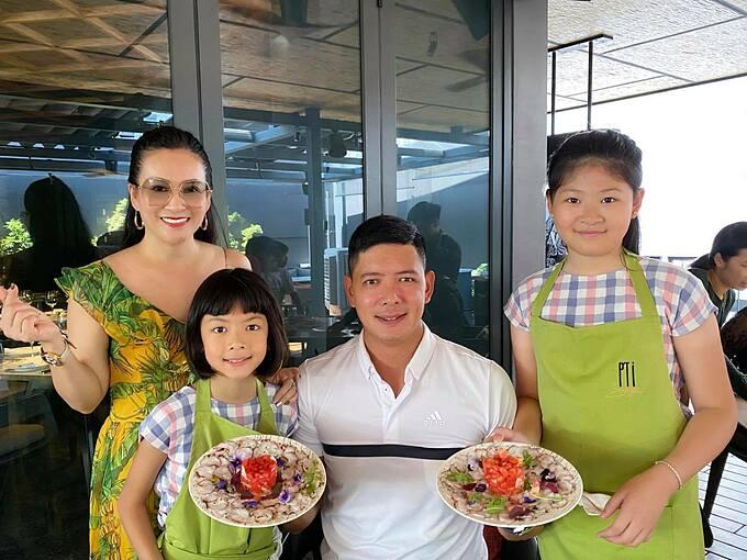 Vợ chồng diễn viên Bình Minh bên hai con.