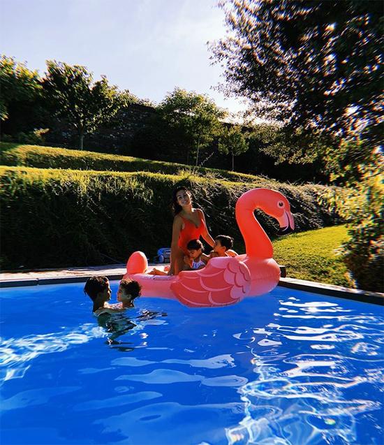Vài ngày trước, Georgina Rodriguez đăng ảnh 5 mẹ con vui đùa ở một góc bể bơi trong biệt thự tại Turin. Anh chị em yêu thương lẫn nhau và mẹ cũng không ngừng yêu các con. Năng lượng tuyệt vời nhất dành cho bố, người đẹp viết.