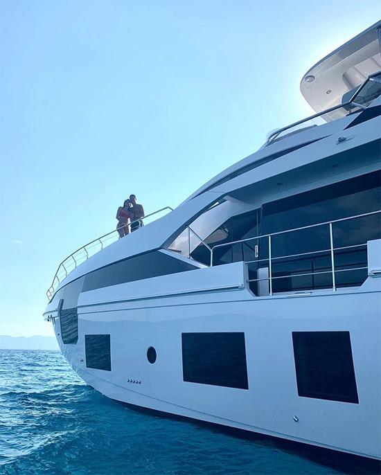 Hôm 17/7, siêu sao Juventus chia sẻ khoảnh khắc ôm eo người yêu đứng trên bong du thuyền lớn.