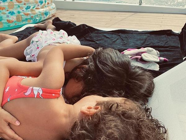 Hai con gái Eva và Alana Martina cũng ôm nhau ngủ trên sàn du thuyền. Tờ AS cho biết, C. Ronaldo vừa bỏ ra 5,6 triệu euro để mua du thuyền hiện đại từ công ty đóng tàu Azimut,