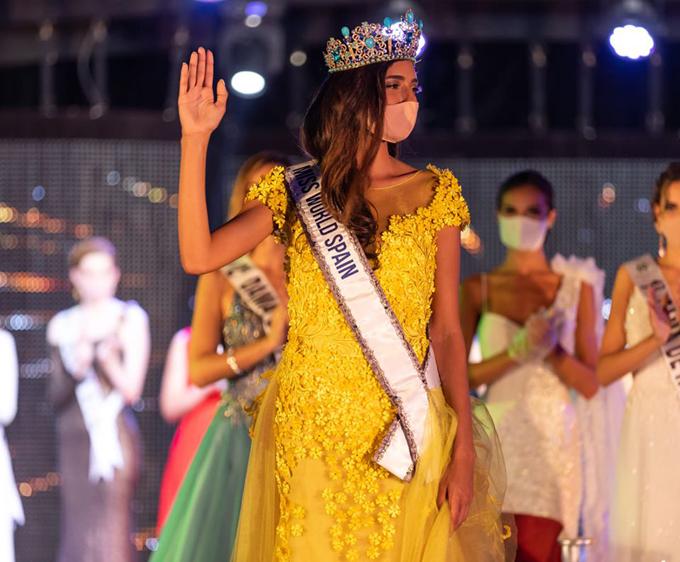 Ana García Segundo đã vượt qua 51 thí sinh khác để giành vương miện Hoa hậu Thế giới Tây Ban Nha 2020. Cô xúc động vẫy chào khán giả trên sân khấu chung kết khi sải những bước đầu tiên trong cương vị mới.