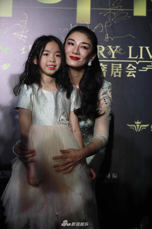 Huỳnh Dịch cùng con gái dự sự kiện.