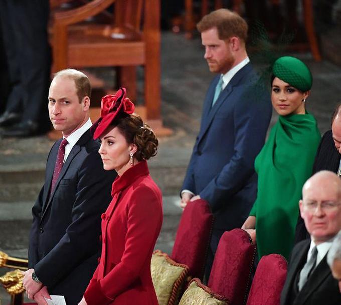 Hai cặp vợ chồng hoàng gia căng thẳng và gần như không nói chuyện trong sự kiện cuối cùng của nhà Sussex hồi tháng 3. Ảnh: Mirror.