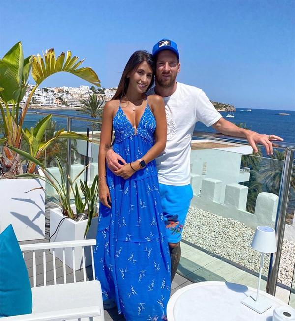 Sau khi La Liga kết thúc cuối tuần trước, Messi đưa vợ và ba con tới Ibiza nghỉ mát. Trên trang cá nhân, siêu sao Barca đăng ảnh hai vợ chồng và gửi lời cảm ơn tới đội ngũ nhân viên khách sạn đã tiếp đón chăm sóc gia đình anh chu đáo.