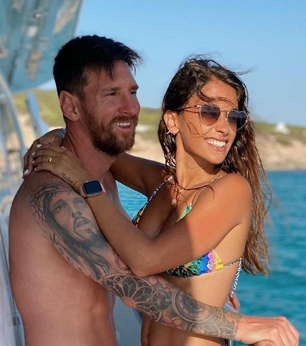 Messi và vợ cũng tranh thủ vừa trông con vừa ôm nhau tình tứ, thể hiện tình yêu nồng nàn sau hơn 10 năm gắn bó.