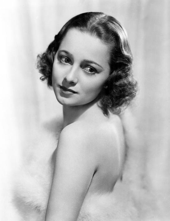 Olivia de Havilland sinh năm 1916, bén duyên điện ảnh Hollywood từ năm 17 tuổi.