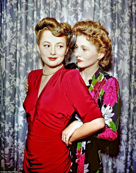 Olivia (trái) và người em gái Joan Fontaine đều là những diễn viên tài năng, từng nhiều lần cạnh tranh tượng vàng danh giá. Tuy nhiên hai chị em mỹ nhân Hollywood bất hòa trong nhiều năm.