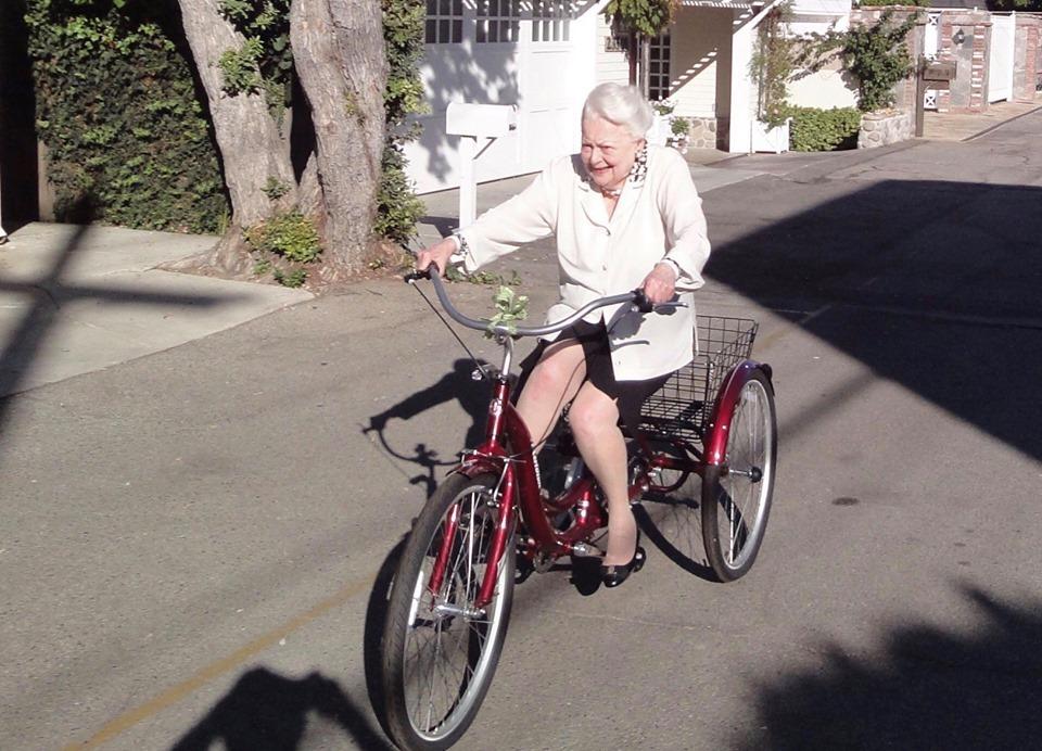 Olivia vẫn khỏe mạnh đạp xe đi dạo ở Paris tháng 7/2019.