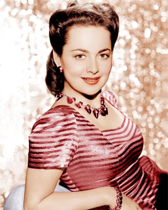Trái ngược với vẻ liễu yếu đào tơ, Olivia de Havilland được biết đến là một biểu tượng nữ quyền. Cô từng đấu tranh để được nhận những vai diễn có màu sắc, nội tâm đa chiều thay vì chỉ là bóng hồng bên các người hùng trong phim. Olivia cũng từng kiện ông lớn Warner Bros khi hãng này cố tình gia hạn hợp đồng để ép cô đóng thêm phim. Mặc dù vụ kiện có thể khiến Olivia bị tẩy chay ở Hollywood nhưng cô vẫn quyết tâm theo đuổi và cuối cùng đã giành chiến thắng.
