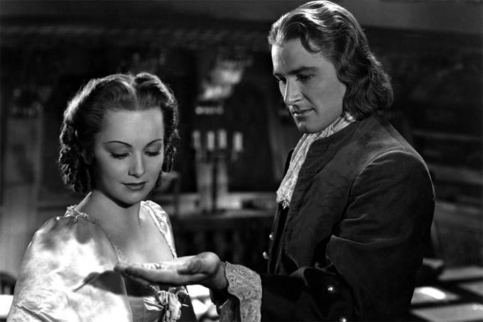 Olivia bắt đầu nổi tiếng khi đóng phim Captain Blood  cùng tài tử Errol Flynn năm 1935.