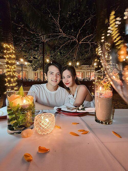Vợ chồng Ông Cao Thắng - Đông Nhi tận hưởng không gian riêng tư lãng mạn bên bờ biển khi du lịch nghỉ dưỡng tại một resort nổi tiếng ở Cà Mau.