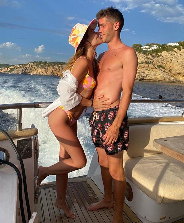 Đồng đôi Sergi Roberto của Messi cũng tình tự với bà xã  Coral Simanovich