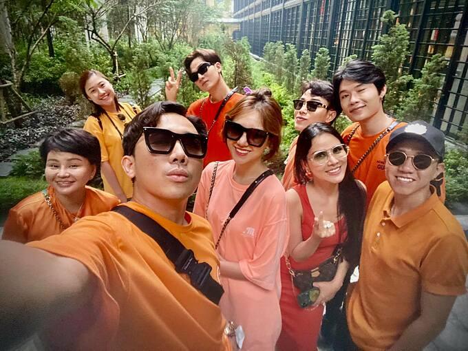 Hội bạn thân gồm nghệ sĩ Lê Giang, vợ chồng Hari Won - Trấn Thành, Quang Trung, Ali Hoàng Dương... diện áo và túi đồng điệu khi rủ nhau du lịch Sapa.