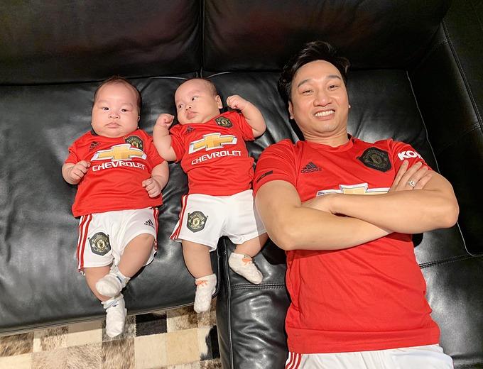 MC Thành Trung chia sẻ ảnh vui nhộn bên hai con song sinh cùng lời nhắn: Không nói nhiều, gáy lên các anh em. Bầu trời Âu đẳng cấp cao nhất đang chờ đợi những Quỷ Đỏ.