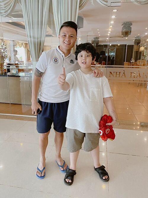Con trai ca sĩ Tim và Trương Quỳnh Anh hào hứng khi được gặp cầu thủ Quang Hải.