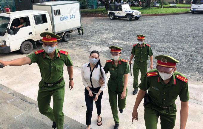 Ngọc Miu được đưa từ xe thùng tới phòng xét xử sáng 27/7. Ảnh: Sơn Nam.