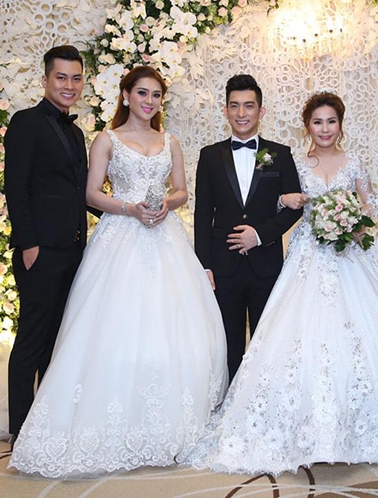 Lâm Khánh Chi diện váy bồng bềnh đi ăn cưới vợ chồng Bảo Duy. Nhưng nếu vợ của Bảo Duy (phải) không cầm hoa cưới, khán giả sẽ khó phân biệt cô hay ca sĩ chuyển giới là cô dâu.